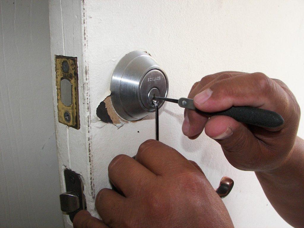 מנעולן עובד על דלת