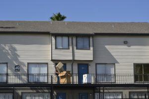 בחור עם קרטונים במרפסת לקראת מעבר דירה