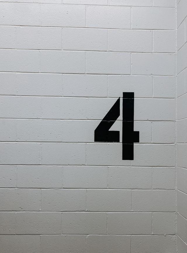 הספרה 4 על הקיר - תמונה להמחשה